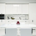 Белый стол на кухне