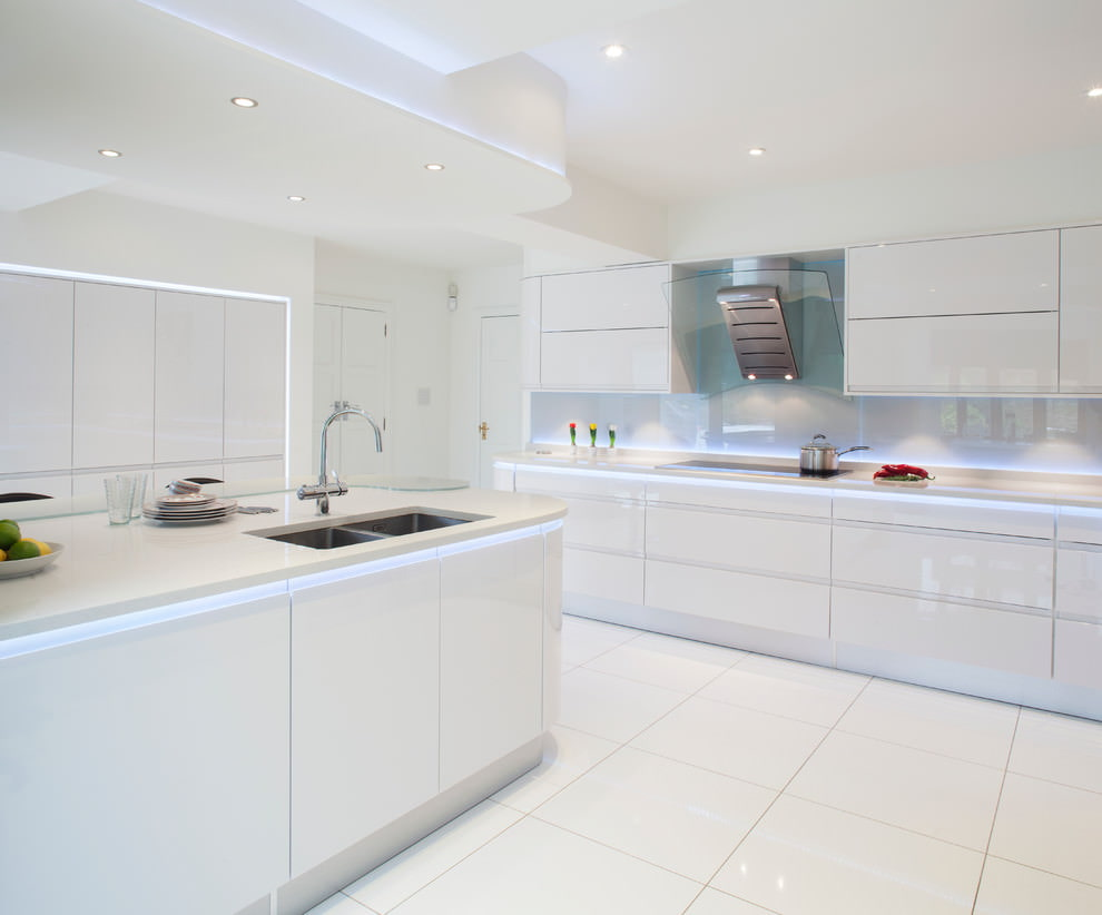 Пол из плитки на белой кухне