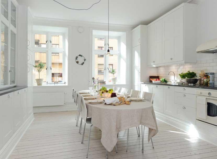 Окрашенные стены на белой кухне