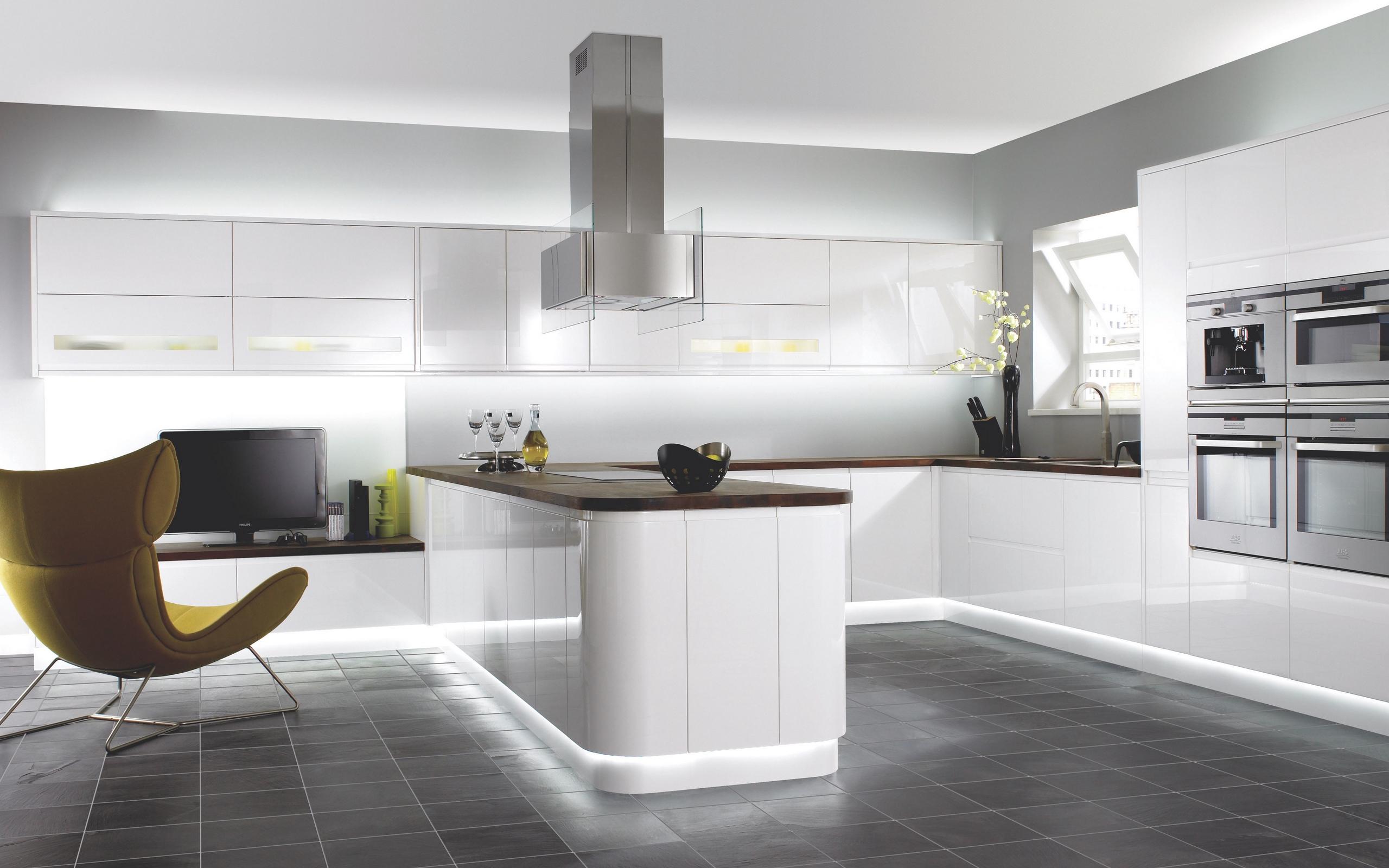 Визуальное расширение пространства - одно из преимуществ белой кухни