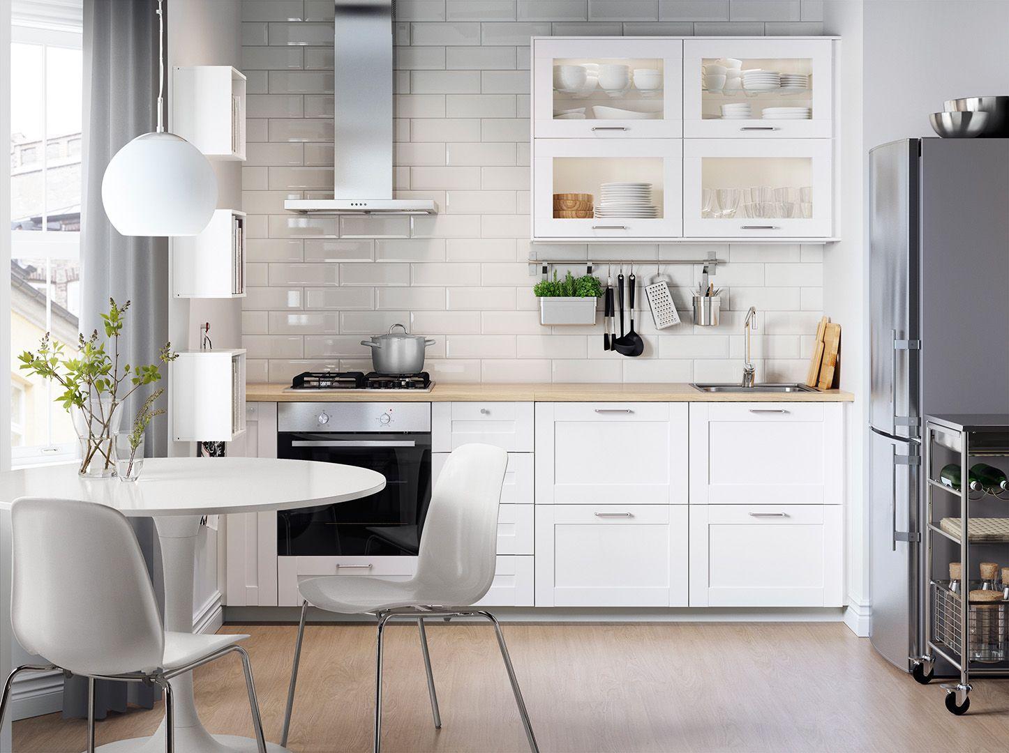 Белая мебель в столовой зоне