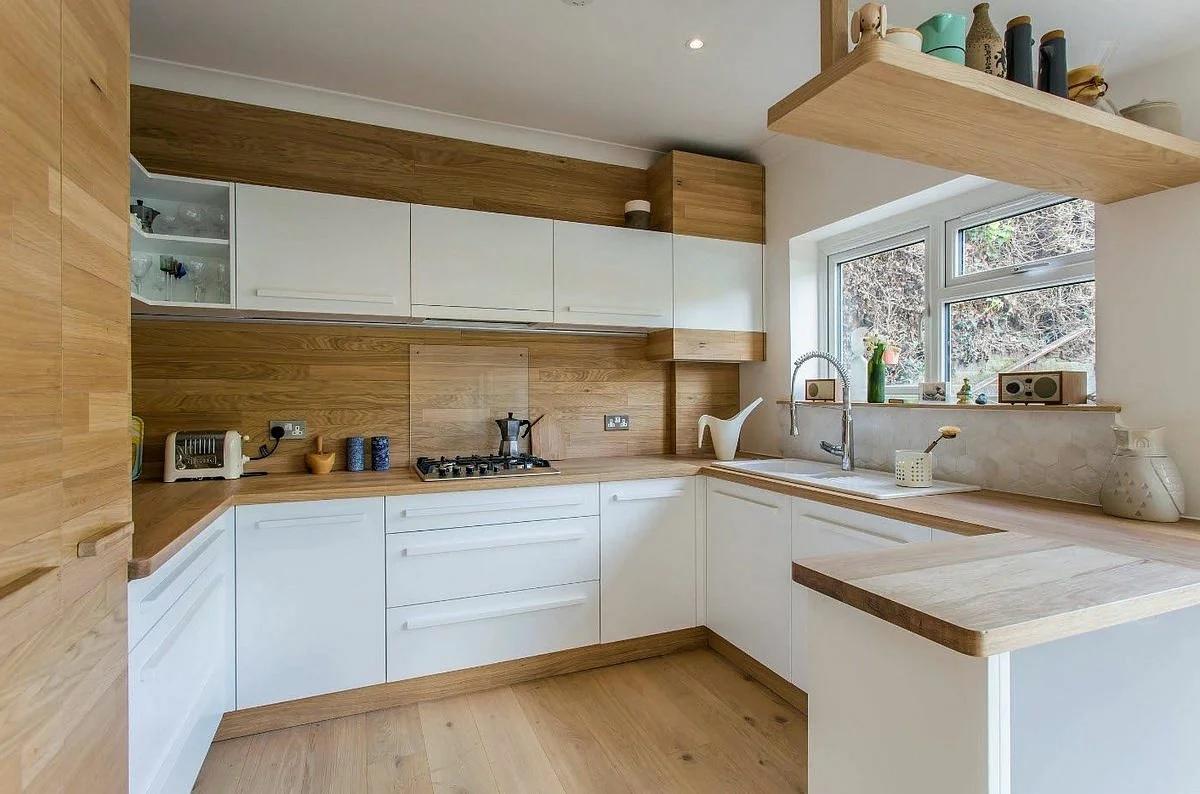 Белая кухня с натуральным деревом