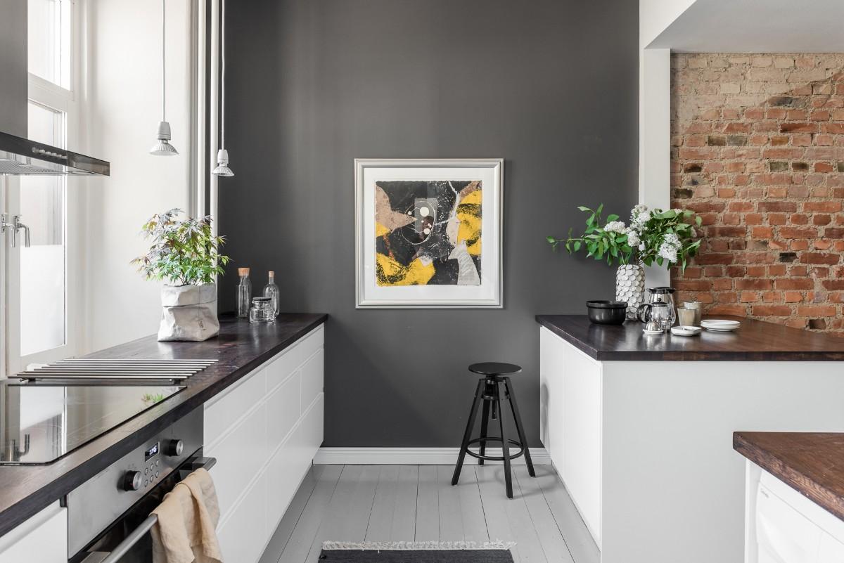 Белая кухня с акцентной стеной