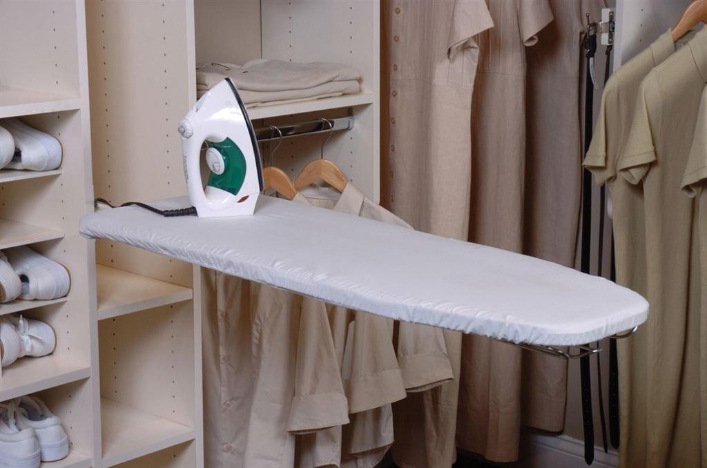 Небольшая гладильная доска в шкафу