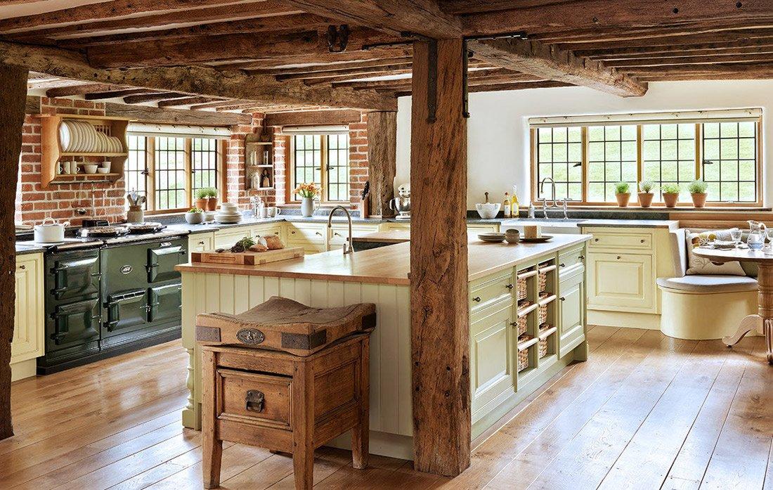 Кирпичные стены на кухне в стиле кантри