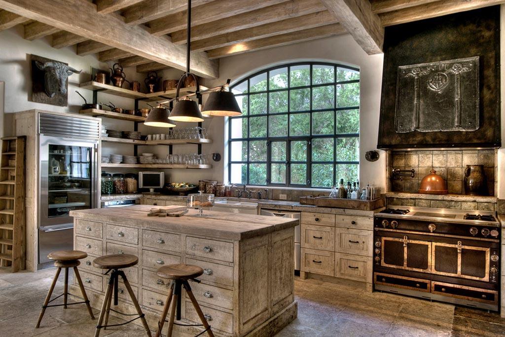 Потолок из дерева на кухне в стиле кантри