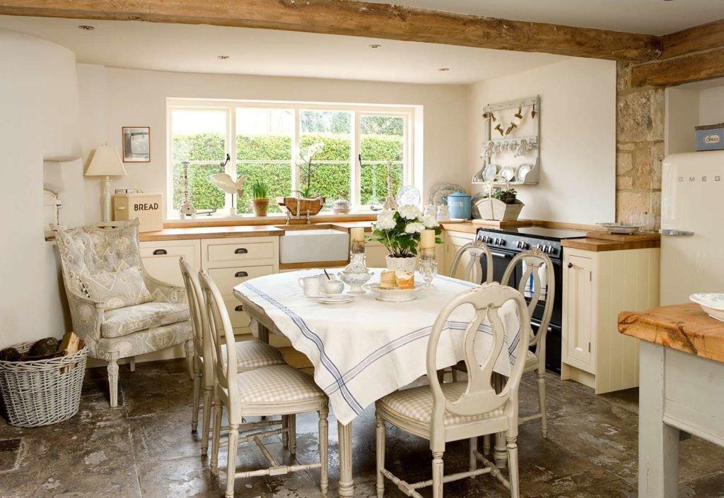 Камень и дерево - одна из черт кухни в стиле прованс