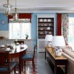Лампы на столике за диваном