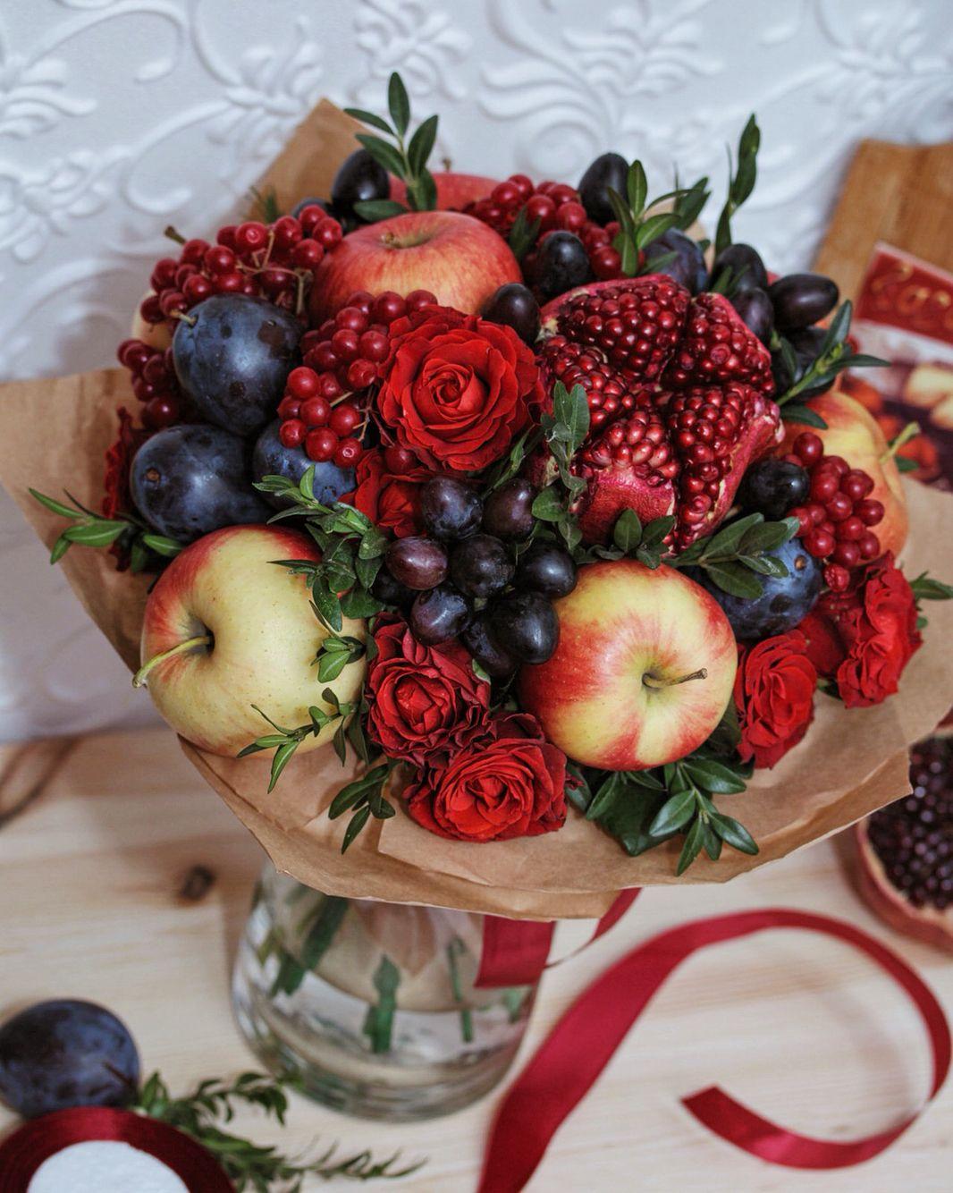 Букет с яблоками, гранатами и сливами