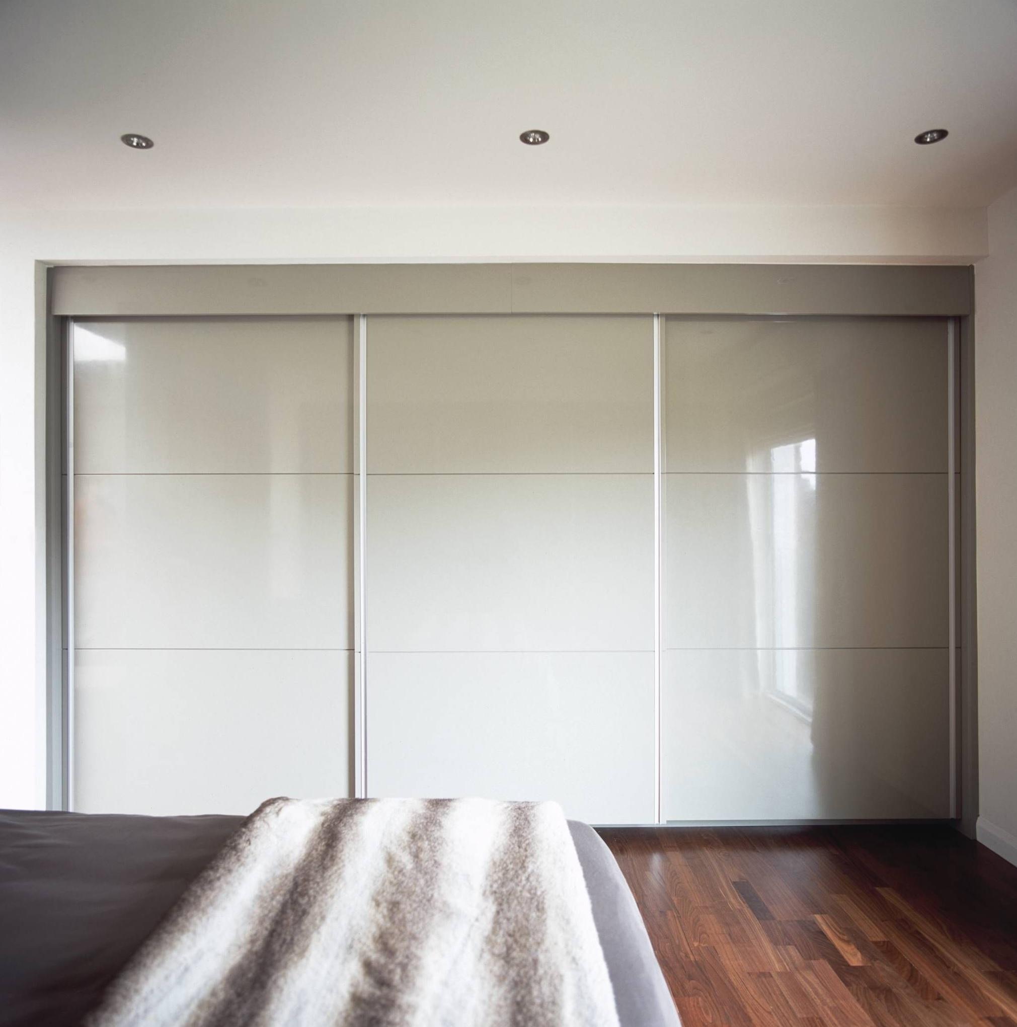Раздвижные двери на роллетах в спальне