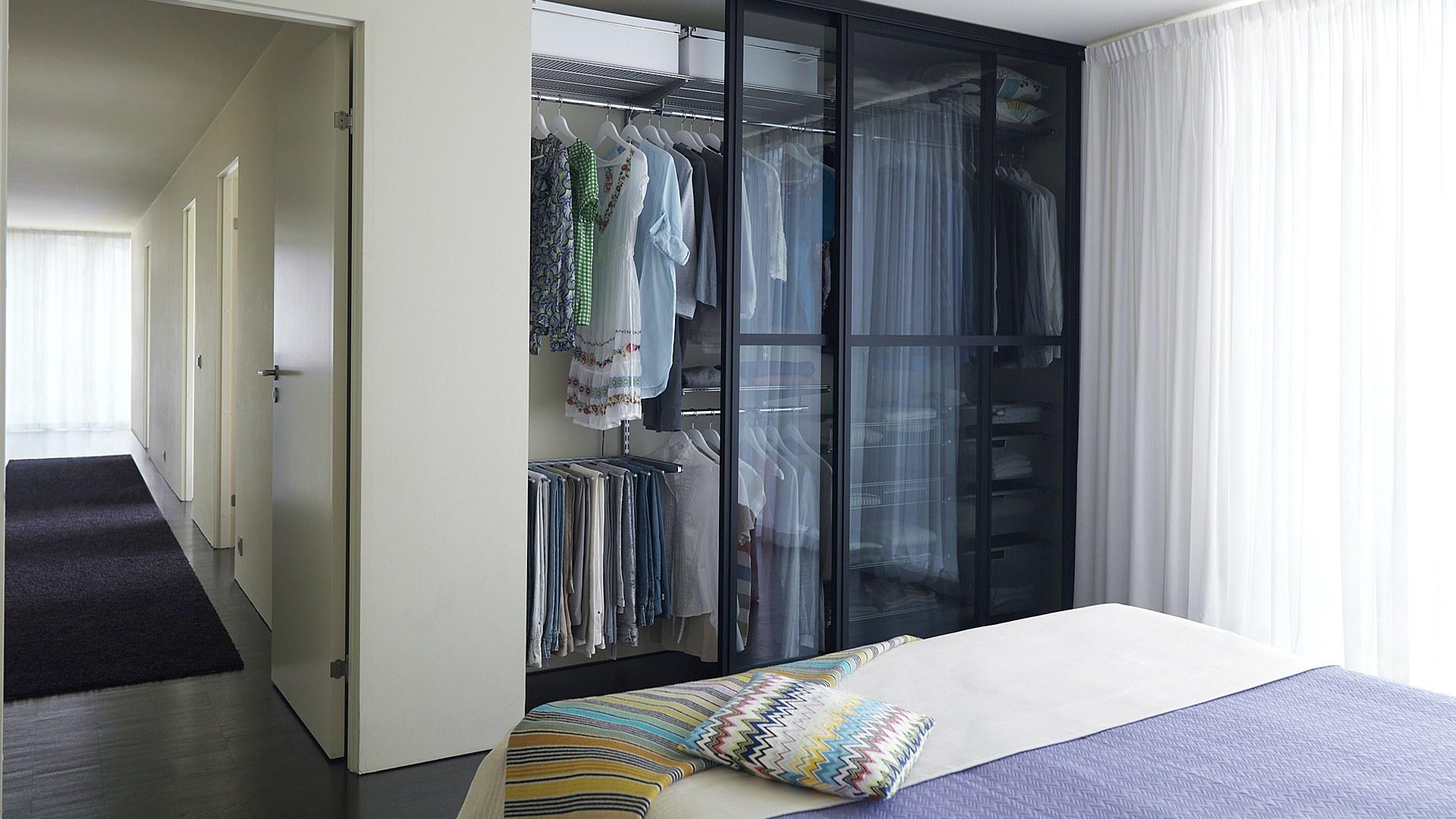 Светлая гардеробная в спальне