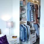 Тумбочка между кроватью и шкафом