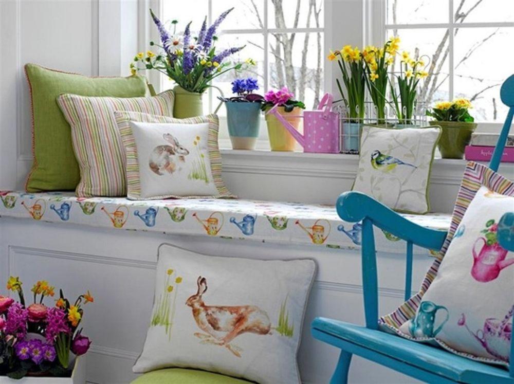 Подушки на сиденье у окна