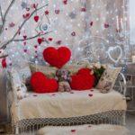 Сердечки на диване