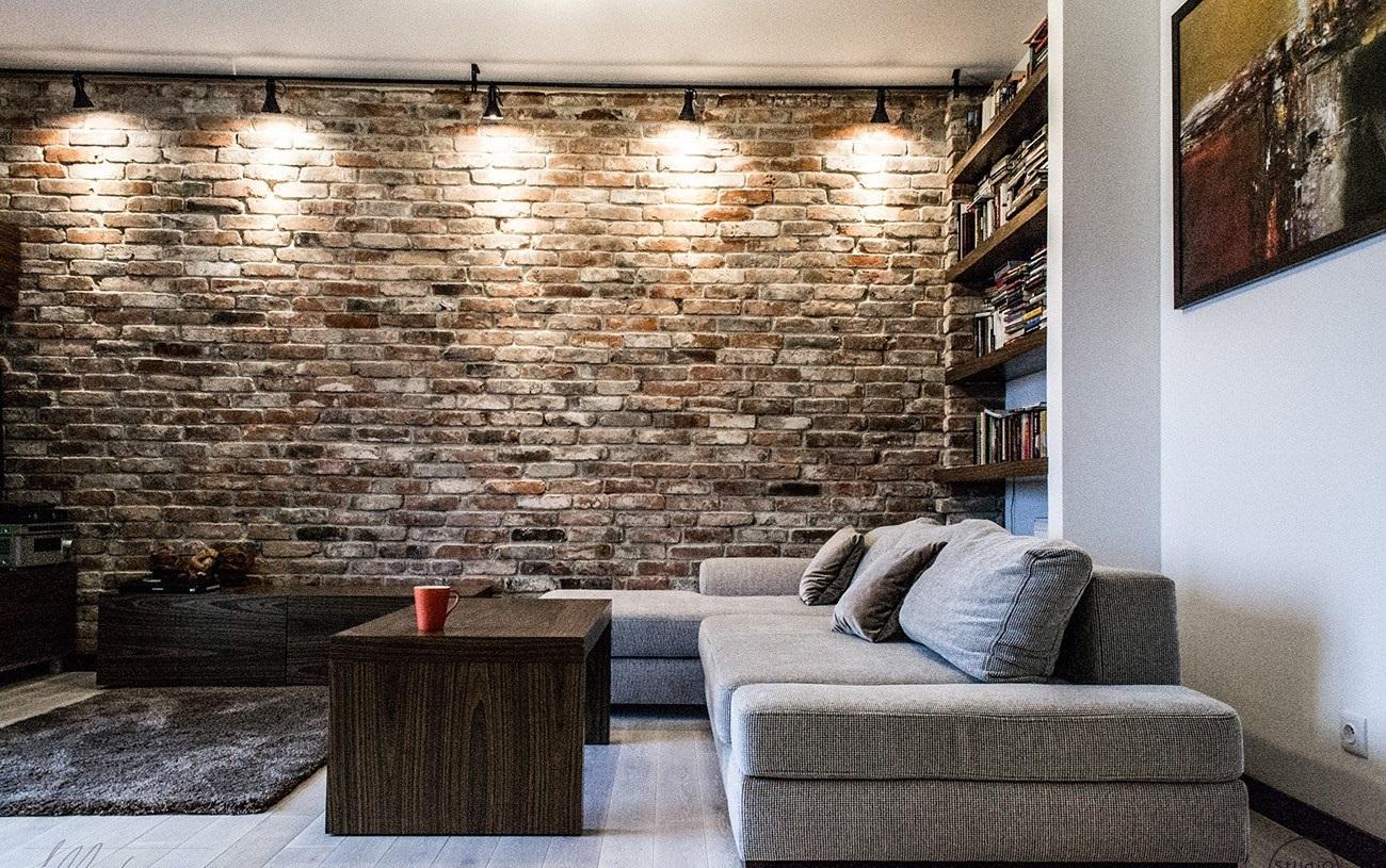 Подсветка кирпичной стены в интерьере