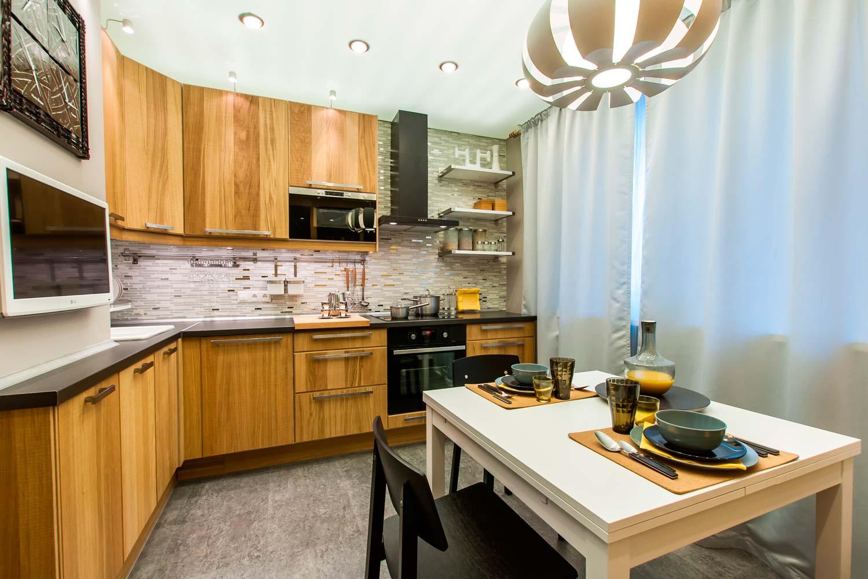 Кухонный гарнитур из дерева на кухне 12 кв м