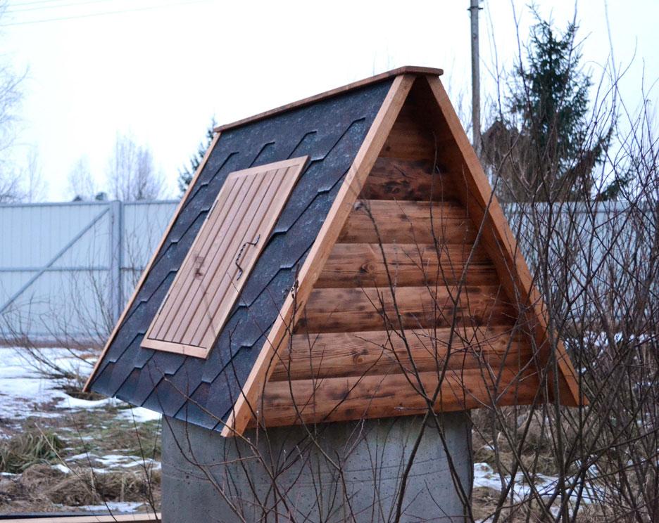 Двухскатная крыша на домике колодца