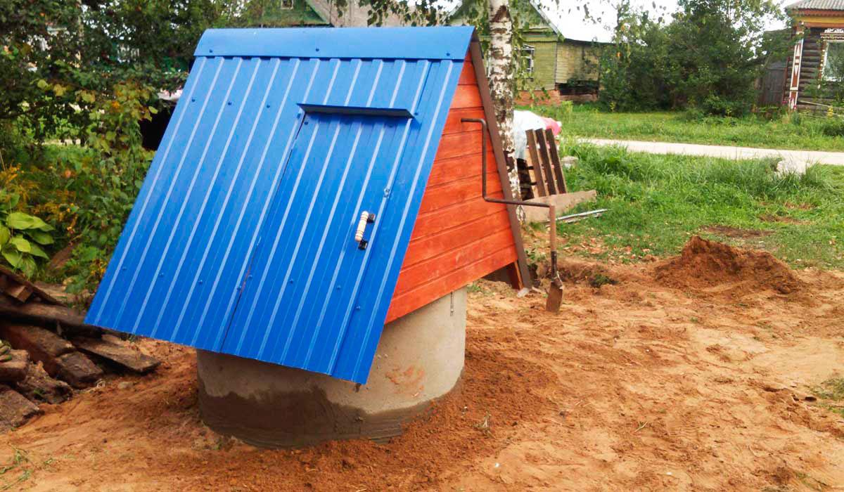 Домик с крышей из металлочерепицы на колодце