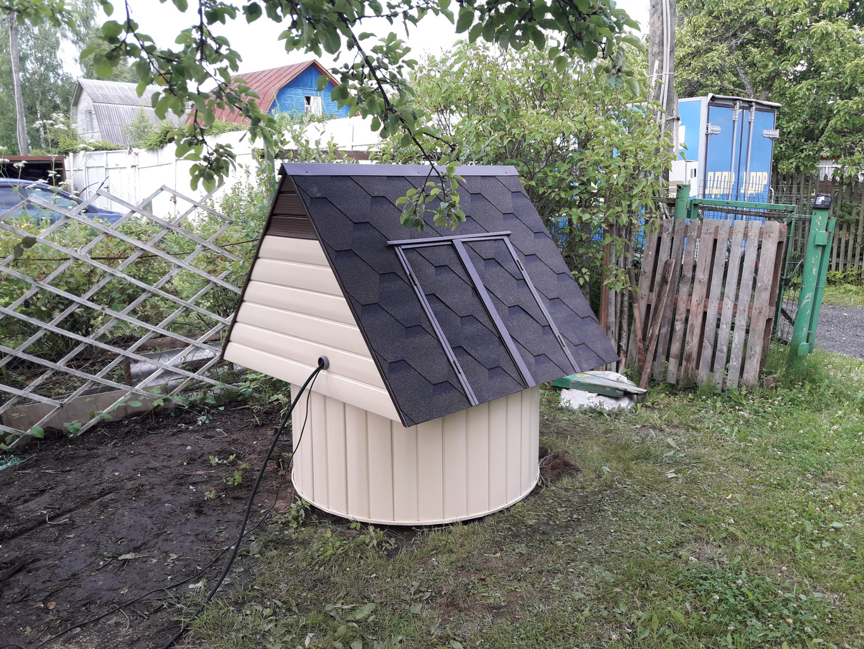 Домик с крышей из ондулина на колодце