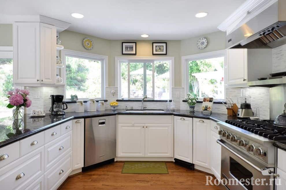 Гостиная совмещенная с кухней в эркере