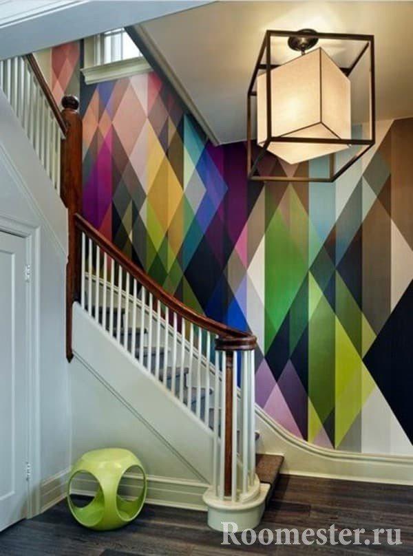 Яркие стены и освещение в холле