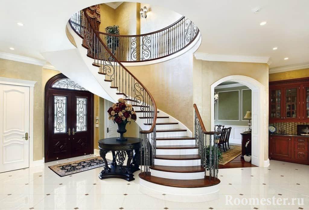 Винтовая лестница из холла частного дома