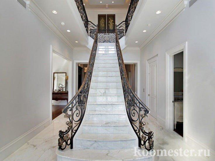 Прямая лестница в холле