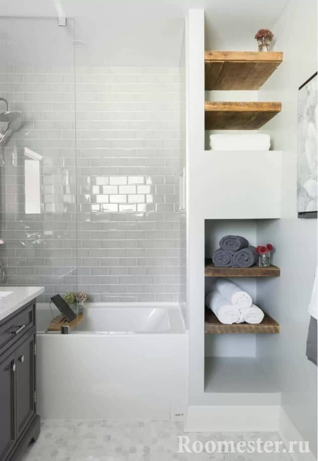 Дизайн маленькой ванной комнаты с удобным стеллажом