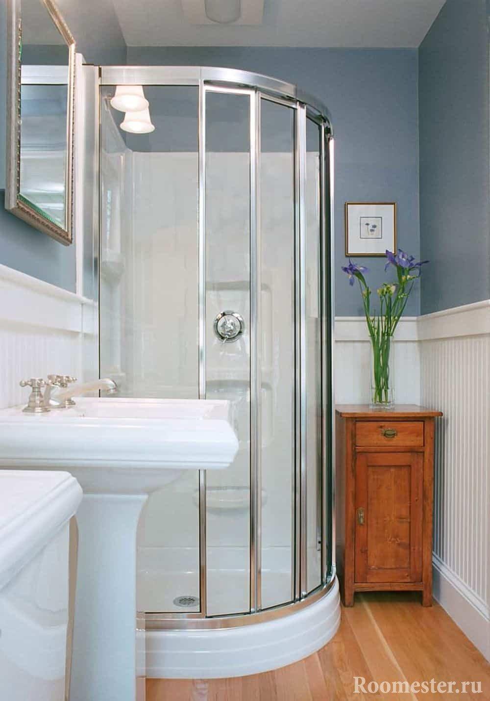 Комбинированная отделка стен в маленькой ванной