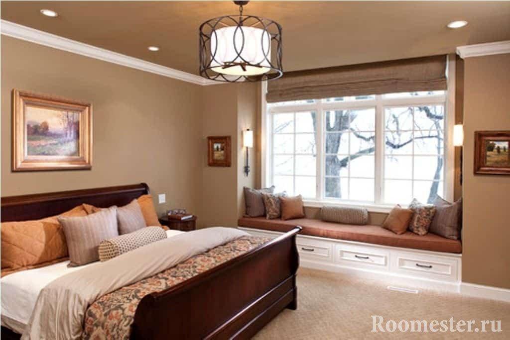 Светлая спальня с эркером