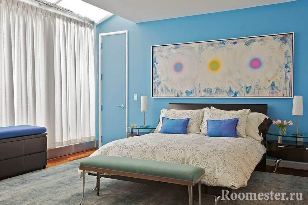 Светлая спальня с голубыми стенами