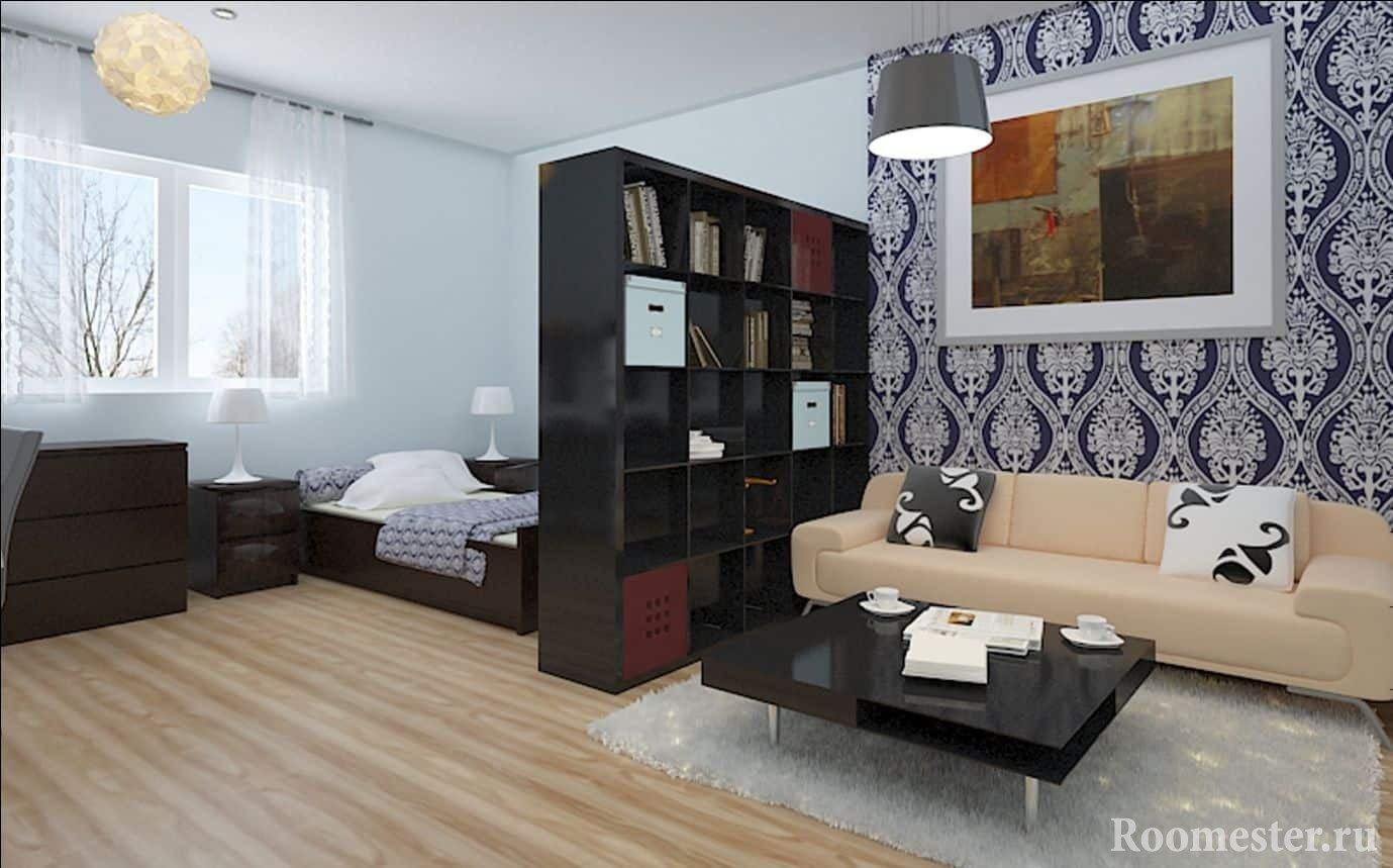В этой маленькой квартире гостиная отделена от спального места стеллажом