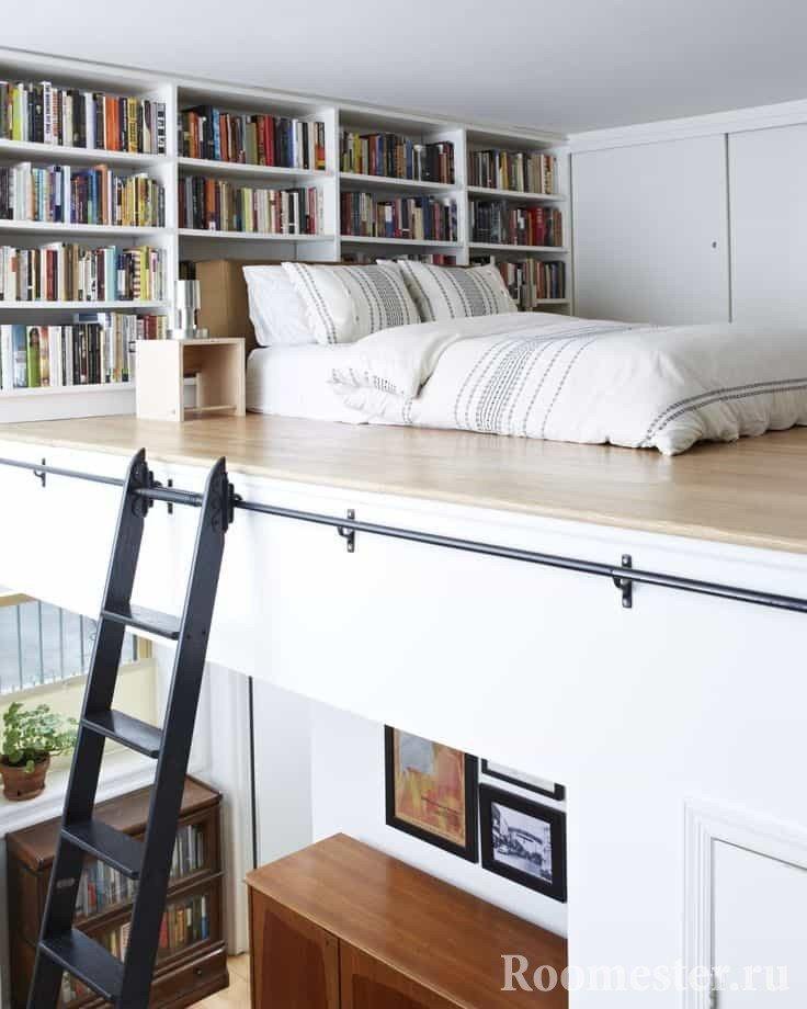 Кровать-чердак под потолком маленькой квартиры