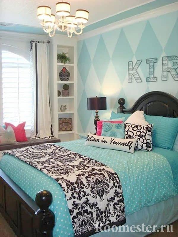 Подушки на кровати придадут комнате уюта и тепла