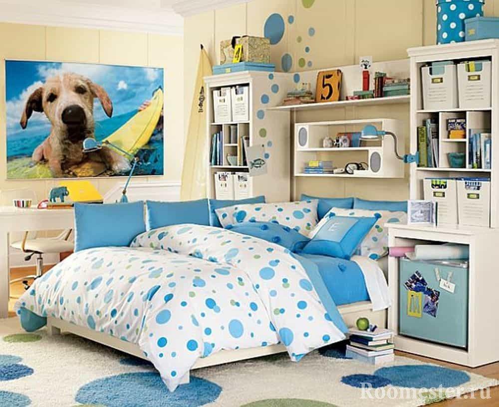 Комната девочки-подростка в голубых цветах