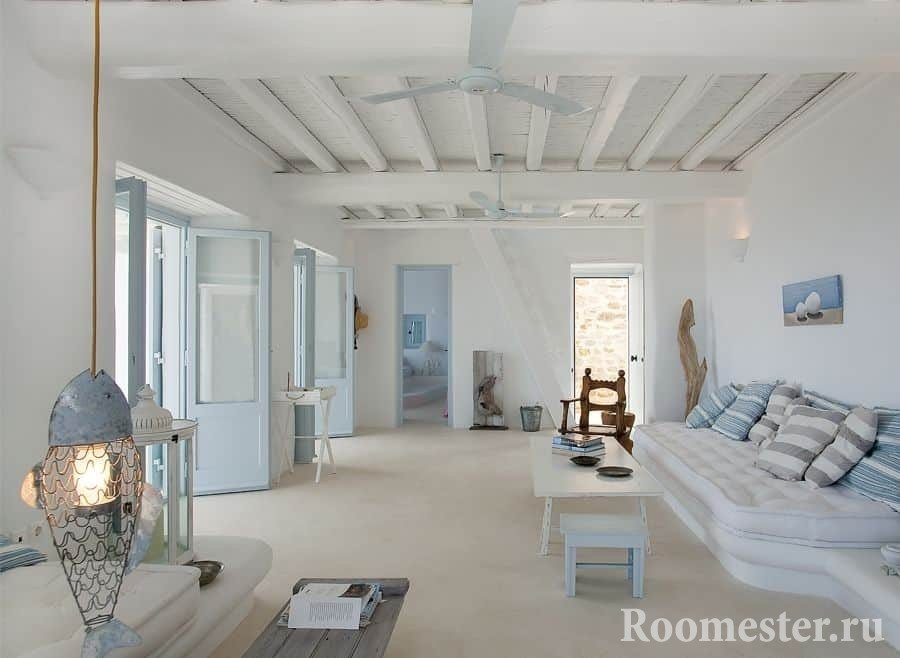 Гостиная в греческом стиле с потолком отделанным балками