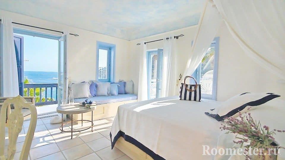 Очень светлая спальня в греческом стиле с панорамными окнами