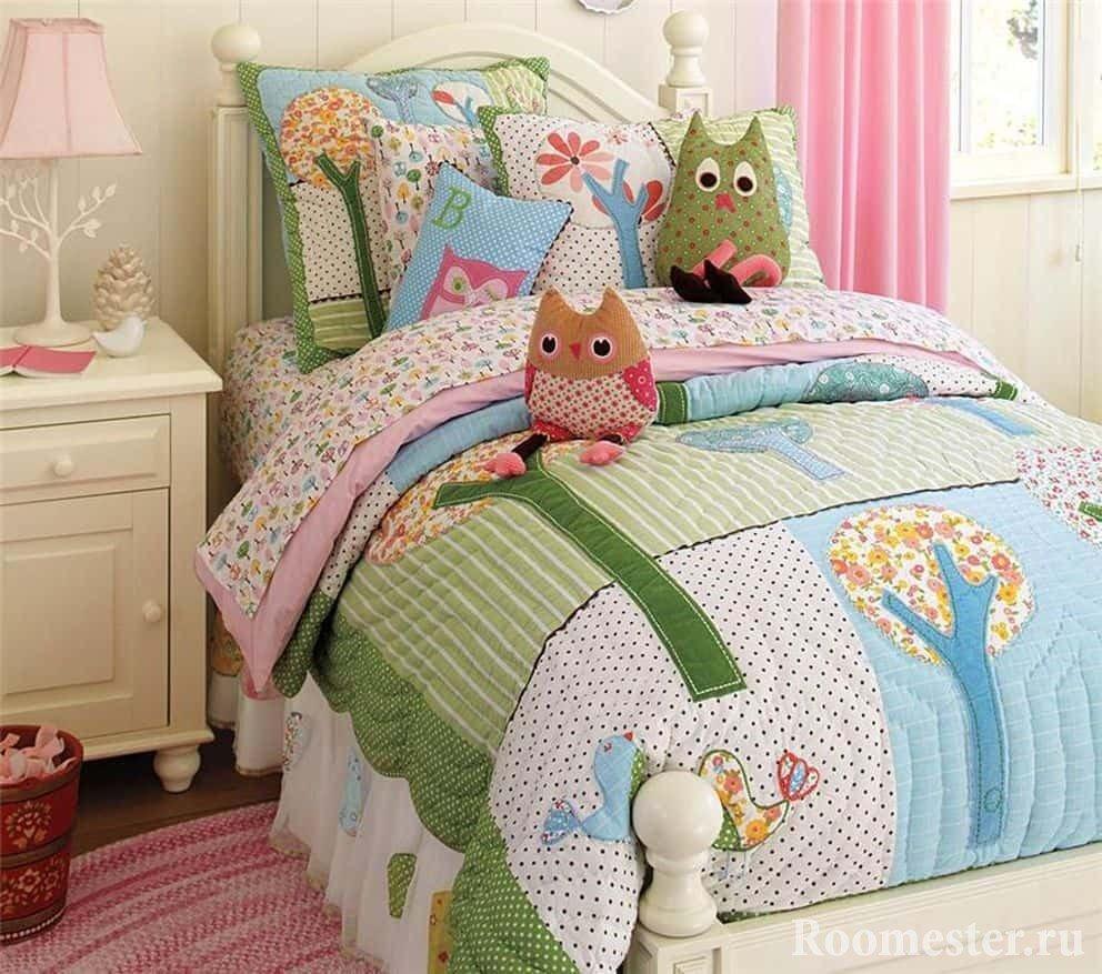 Идея детских декоративных подушек в спальне