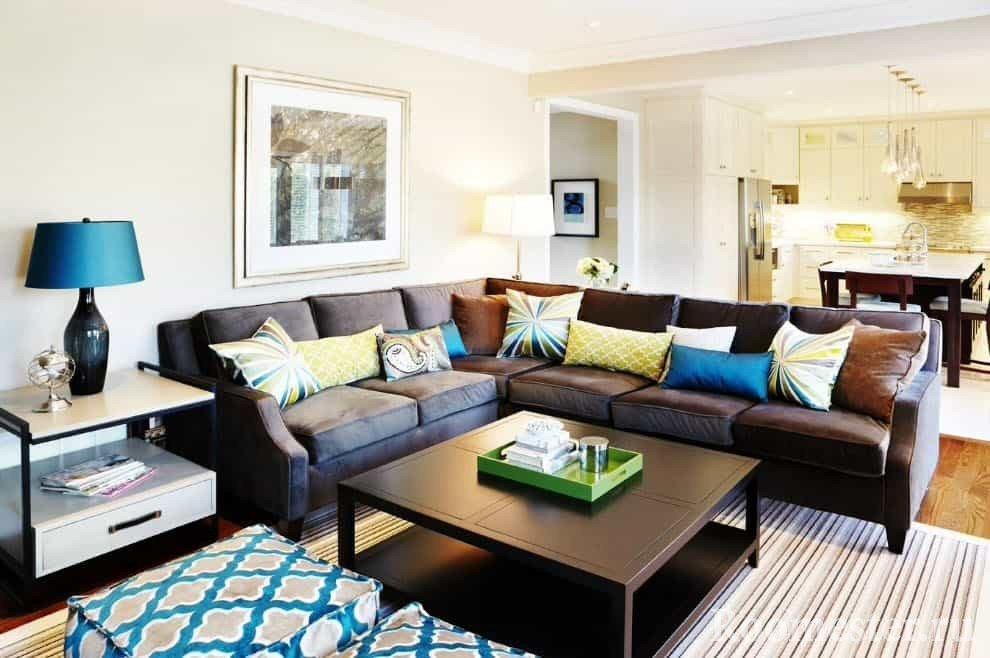 Яркие подушки на коричневом диване