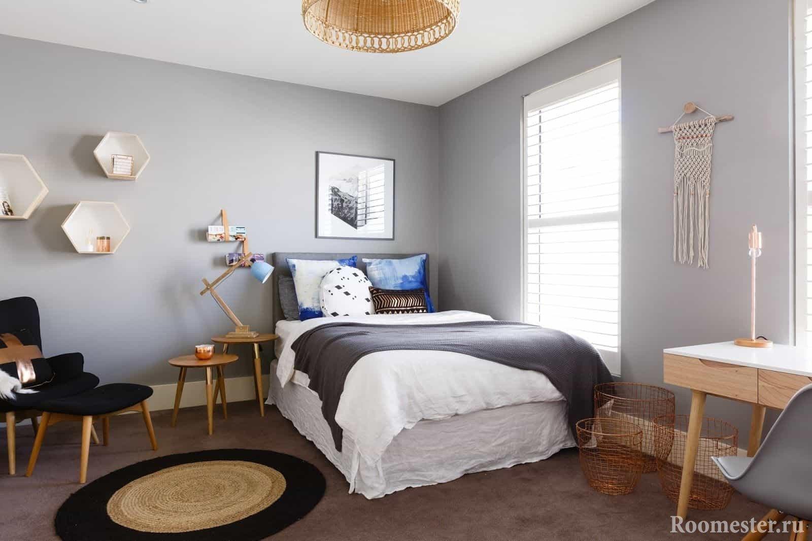 Свтелая комната с кроватью