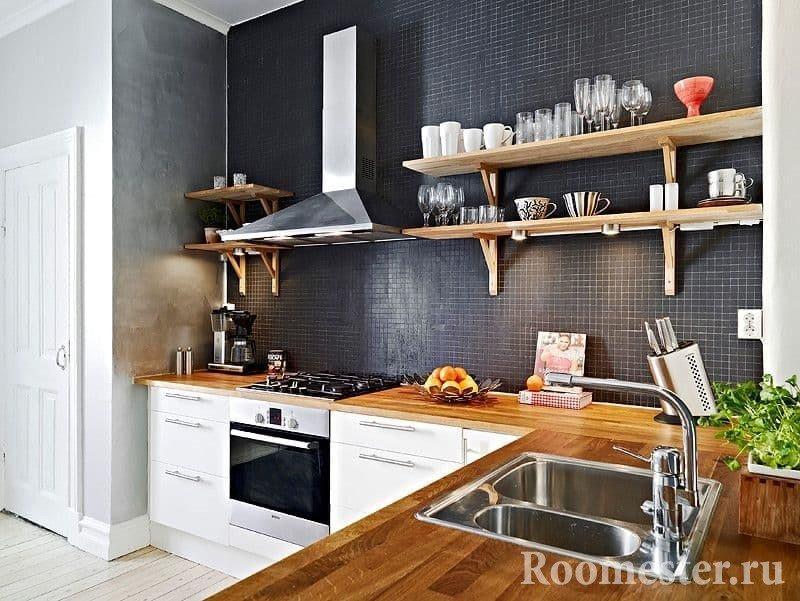 Угловая кухня с полками из дерева для хранения пасуды