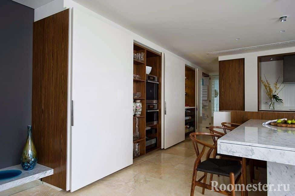 Кухонная утварь легко спрячется в шкафу-купе в кухне
