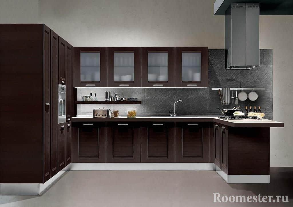 Классическая п-образная кухня с вытяжкой на потолке