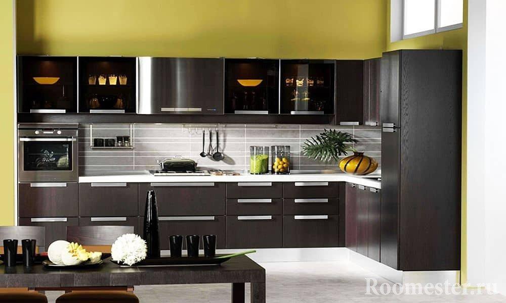 Кухня цвета венге в сочитании с фисташковыми стенами