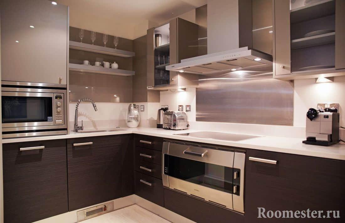 Сочетании металлических оттенков и венге на квадратной кухне