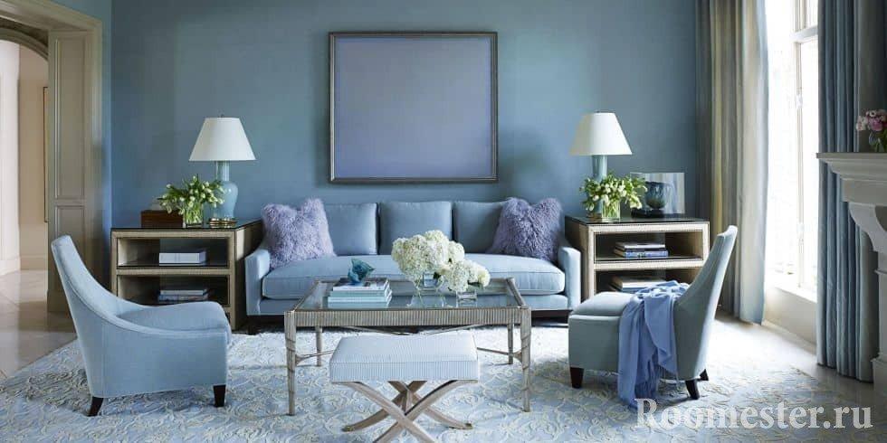 Стильная квадратная гостиная в оттенках синего цвета