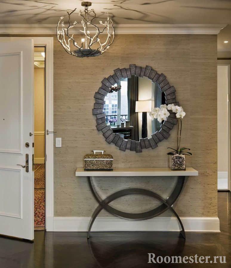 Вариант оформления стены в прихожей зеркалом