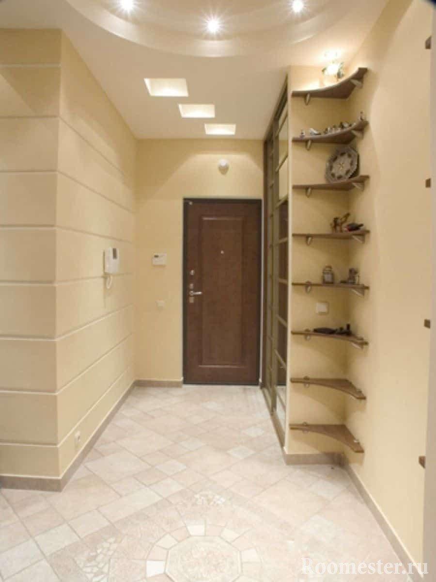 Маленький коридор в квартире с шкафом