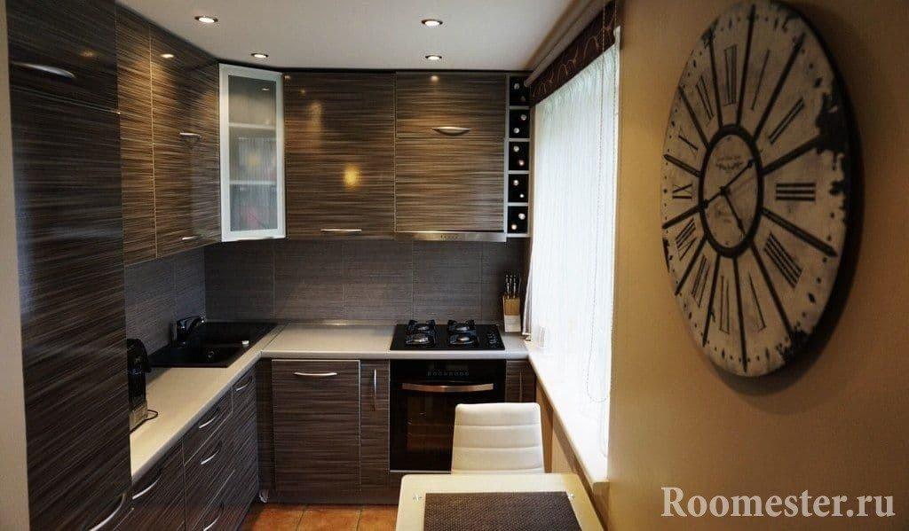 Угловая кухня с окном в хрущевке