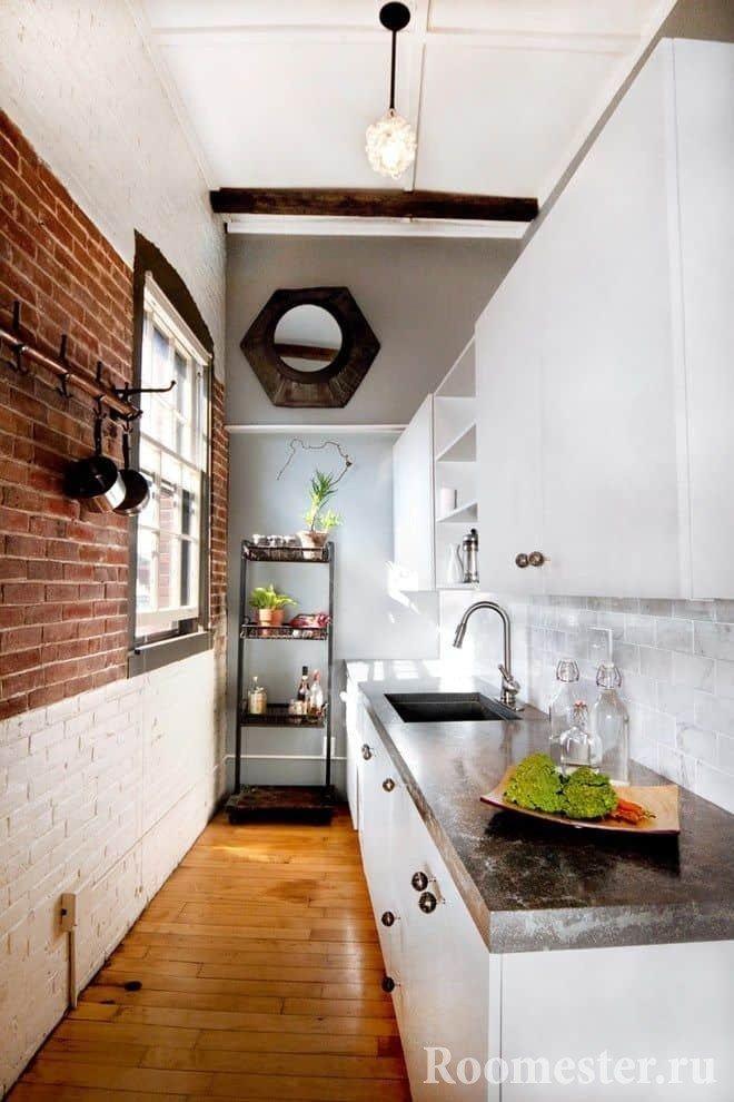 Длинная и узкая кухня с естественным освещением